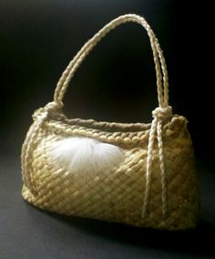 An exploration on variations that can be found on a simple two corner kete Harakeke, Korari (Flower) pod and copper Hara... Flax Weaving, Willow Weaving, Weaving Art, Weaving Designs, Weaving Patterns, Rustic Wood Decor, Flax Fiber, Maori Designs, Weaving Wall Hanging