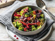 Wok deg til en sunnere middag! Vegetarian Eggs, Wok, Japchae, Tapas, Chili, Snacks, Ethnic Recipes, Red Peppers, Chili Powder