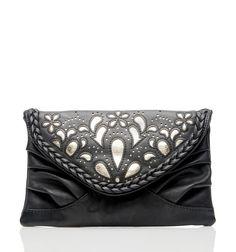 Forever New'de her parçanın özgün bir ruhu var. Tıpkı, bu siyah clutch çantada olduğu gibi.