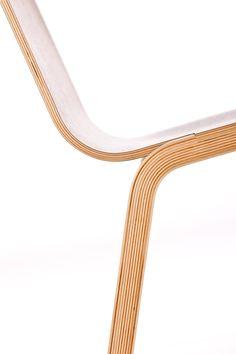 Krzesła w całości wykonane są z profilowanej sklejki