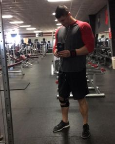 Feels so good being in a smaller brace. A few more weeks and I'll be cleared to start building muscle in the legs again!  #stayswole #fit #flex #fitness #npc #mensphysique #inbf #natural #bodybuilder #competitor #iifym #flexibledieting #bodybuilding  #swoldier #swoldiernation #tornacl #aclrecovery by ctw404