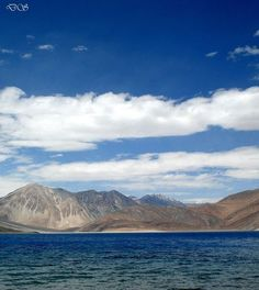 Lago Pangong Tso, Índia e China.   O lago Pangong Tso é de água salgada a 4.350 metros de altura, no coração do Himalaia. O ar rarefeito dá cores ainda mais bonitas às águas, criando efeito de pureza e intensidade. O lago é acessível através de uma trilha que começa na cidade indiana de Leh Foto: Deepak Sharma / Divulgação