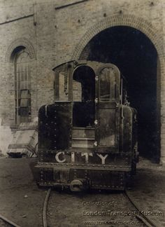 Mather and Platt Locomotive, City & South London Railway (N. Head on view). Original works livery outside workshop at Stockwell Depot (photographed by Topical Press, 1891 - Clapham Road Lambeth South London, Old London, Metro Subway, London Transport Museum, U Bahn, London Underground, Locomotive, Vintage Images, Buses