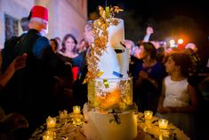 Wedding Cake with golden natural flowers. Wedding with Barcelona Wedding http://www.barcelonawedding.com/