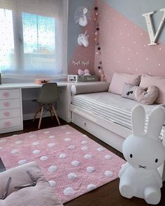 8 Cheap Things to Maximize a Small Bedroom. Small Room Design Bedroom, Gold Bedroom Decor, Teen Bedroom Designs, Home Room Design, Room Ideas Bedroom, Bedroom Themes, Girls Bedroom, Study Room Decor, Girl Room