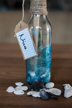 Eine Flaschenpost ist eine super Idee für die Einladung zur Beachparty. Mit Nagellack bekommst Du einen tollen Wassereffekt auf die Flasche. Flaschenpost Einladung für die Beachparty  Du brauchst dafür - Eine Flasche (Korken) - Blauer Nagellack - Schale - Papier für Einladung und Namensschild - Strick - Sand oder weiße Steine  Für den Wassereffekt auf der Flaschenpost benötigst Du nur die Flasche, blauen Nagellack und eine Schale mit…