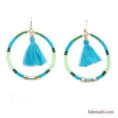 https://www.static.sabrinabi.com/products/main/medium/orecchini-a-cerchio-di-perline-e-cristalli-azzurro-e-verdi-con-nappine-.jpg