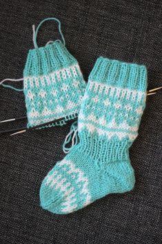 Huomasin neuloessani jälleen uusia Kaiku- kirjoneulesukkia, että en ole ikinä muistanut julkaista tätä ohjetta täällä blogin puolella. Tämä... Wool Socks, Knitting Socks, Crochet Baby, Knit Crochet, Knit Baby Dress, Knitting Videos, Slipper Socks, Baby Socks, Baby Knitting Patterns