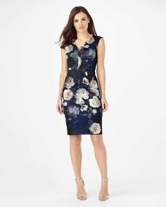 This figure flattering dress comes in a contemporary scuba fabric with a beautiful floral print. Finished with a curved V-neckline and concealed zip fastening through the front.