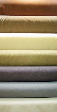 Grandes largeurs de 2m80 et 3m en polyester. Possibilité de faire des doubles rideaux, coussins et nappage. Disponibles au rayon ameublement de votre magasin Ellen Décoration.