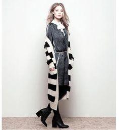 Summum lang gebreid vest voorzien van lurex / metaalgaren. Dit lange vest is voorzien van een ingebreid streepdessin en heeft steekzakken aan de voorzijde -Zwart dessin - NummerZestien.eu