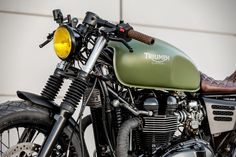 Triumph Cafe Racer, Cafe Racer Bikes, Cafe Racer Motorcycle, Cafe Racers, Motorcycle Helmets, Thruxton Triumph, Triumph Bonneville Custom, Cafe Racer Helmet, Cafe Racer Girl