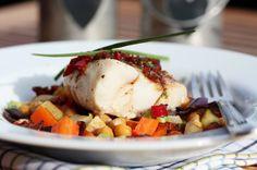 Torsk med ovnsbakte rotgrønnsaker, kikerter, bacon og chilismør
