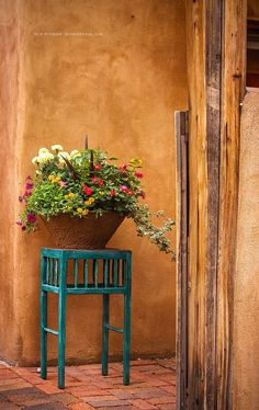 The photogenic city Santa Fe, New Mexico begs to be remembered with beautiful photos. Use this Santa Fe Photos & Photography Guide to capture memorable and… Southwestern Home, Southwestern Decorating, Southwest Style, Southwest Decor Santa Fe, Southwestern Outdoor Decor, Santa Fe Decor, New Mexico Style, New Mexico Homes, Santa Fe Style