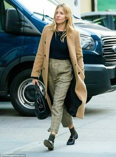 Sienna Miller giggles away on a New York City stroll with Jake Hoffman - Gucci Brixton Loafer - Ideas of Gucci Brixton Loafer - Sienna Miller giggles away on NYC stroll with Jake Hoffman Star Fashion, Look Fashion, Womens Fashion, Tokyo Fashion, Gucci Brixton Loafer, Sienna Miller Style, Casual Chic, Autumn Winter Fashion, Mantel