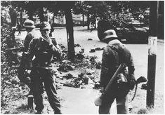 Er waren alleen maar 'oude mannen en gedemoraliseerde troepen' en geen tanks,... rechts rijdt een Sturmgeschütz III