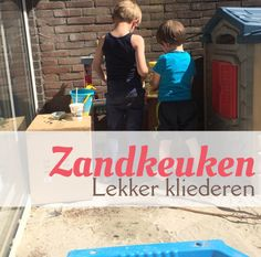 Laat de kinderen lekker kliederen met water en zand in een zandkeuken. Gebruik een limonadetap voor het water en geef er bijvoorbeeld oude verpakkingen, steentjes en verse kruiden bij.