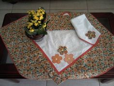 Feito em tecido 100% algodão.  Contém :  1 Toalha de mesa  1 toalha para sobrepor  1 toalha para fogão  1 bate-mão    CONFIRMAR DISPONIBILIDADE DOS TECIDOS.