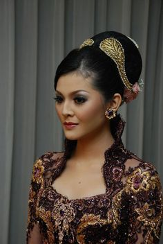 Indonesian wedding dress and makeup Indonesian Kebaya, Indonesian Wedding, Traditional Wedding, Traditional Dresses, Asian Hair, Oriental Fashion, Bridal Make Up, Wedding Makeup, Wedding Hairstyles