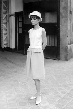 Audrey Hepburn photographed by Giancarlo Botti in Paris, France during the production of Paris When it Sizzles, 1962 Style Audrey Hepburn, Audrey Hepburn Photos, Audrey Hepburn Givenchy, Viejo Hollywood, Old Hollywood, Looks Style, My Style, Vintage Outfits, Vintage Fashion