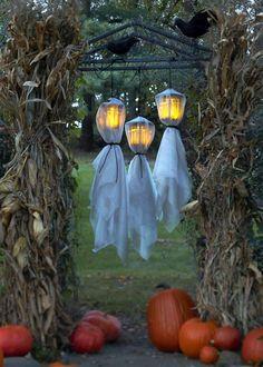 des fantômes à partir de draps blancs et des lanternes