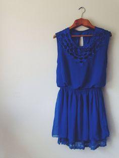 Vestido azul com detalhes no peito