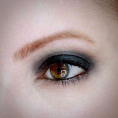 Julia Petit maquiagem com esfumado preto azulado e boca nude puxando para o caramelo.