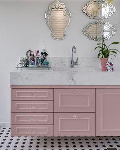 Simplesmente apaixonada por esse tom rosa seco nessa marcenaria com ar provençal em contraste com o piso hexagonal moderninho…
