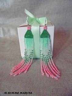 RÉSERVÉES Boucles d'oreilles en perles de rocaille verte et rose longues 11 cm tissées Peyote. Bohochic Bohème : Boucles d'oreille par m-comme-maryna