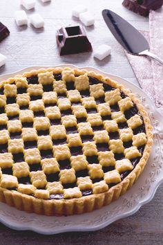 Un decorazione accattivante per un #dolce classico amatissimo da grandi e piccini: #crostata al #cioccolato! ( #chocolate #tart) #Giallozafferano #recipe #ricetta #torta #cake #pie #custard #dessert