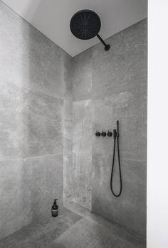 Kronos-fliser i bad - sort armatur fra Vola - interior - bathroom - Hmdesign Bathroom Sets, Bathroom Fixtures, Small Bathroom, Gold Bathroom, Compact Bathroom, Bathroom Showers, Bathroom Cabinets, Bathroom Furniture, Bad Inspiration