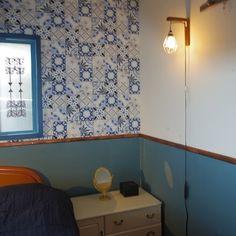 腰壁を作って緩やかに上下を分けた寝室です。ここにモールディングを付けてアクセントにしました。ホームセンターで購入した安い荒材を使って、飾り面取りもホームセンターで済ませてから家に持ち帰りました。既存のものを購入するより安くできますよ♪