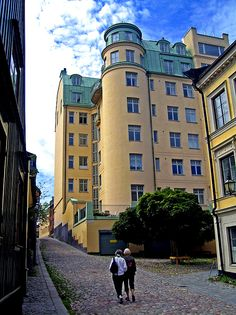 For those of you who may have read the Millennium trilogy of crime novels by the Swedish writer Stieg Larsson: This building on the island of Södermalm in central Stockholm is where the computer wizard Lisbeth Salander buys a luxury flat