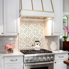 Wouldn't it be fun to prepare for Thanksgiving in this cozy all white kitchen? Features our Duquesa Catarina hand painted tile over the stove. Design by @christyrdavis. #walkerzanger #duquesa #whitekitchen
