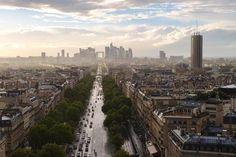 Die Champs-Elysées in Paris: Einst war ein Symbol militärischer Stärke, der Arc de Triomphe, ihr Ziel, heute führt die Straße aller Straßen zu Symbolen finanzieller Stärke, dem Hochhausrudel von La Défense. Der neue Triumphbogen symbolisiert nichts mehr; die Politik dankt ab, übrig bleibt die unbegrenzte Ökonomie.