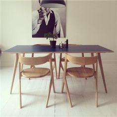 Spisebord i eg og laminatbordplade fra Griffenshop - http://www.griffenshop.dk/produkter/borde