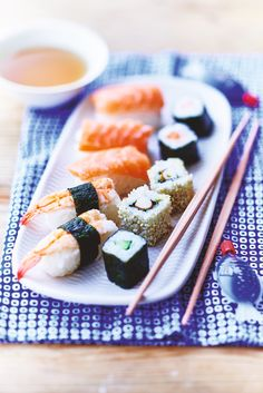 Pas de sushis à vous faire, Picard s'occupe de tout ! Dans la pure tradition japonaise, voici un assortiment de 10 sushis déclinés en 5 recettes avec des sushi nigri (saumon cru et crevettes sur bouchées de riz) et des makis (saumon, avocat/surimi ou concombre) entourés d'une feuille de nori, une algue séchée ou de graines de sésame grillées.