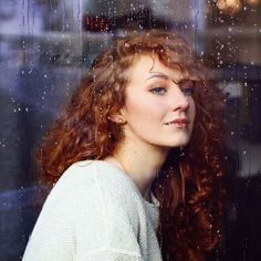 The last moments of autumn 🍁 PHOTOGRAPHER: @inuundfritz @inu_und_fritz #autumn #blueeyes #redhair #curlyhair #rain #knitwear #melancoly #girl #surf #raindrops #potd #copperhaircolor #winter #happy #photography @ginger_redhair