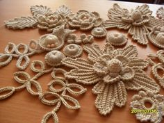 Irish crochet, would be great for a girl's Easter hat. Free Form Crochet, Crochet Motif, Crochet Doilies, Crochet Leaves, Thread Crochet, Crochet Flowers, Irish Crochet Patterns, Crochet Designs, Crochet Vintage