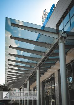Стеклянный навес для магазина Canopy Glass, Metal Canopy, Door Canopy Porch, University Architecture, Roof Detail, Prefabricated Houses, Canopy Design, Canopy Outdoor, Steel Buildings