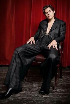 Harry Styles photographed by Mary McCartney for The Sunday Times Harry Styles Mode, Harry Edward Styles, Mr Style, Style Icons, Mary Mccartney, Harry Styles Wallpaper, Treat People With Kindness, Red Aesthetic, Celebs