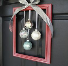 déco de porte d'entrée - couronne originale à partir de cadre de tableau, boules de sapin de Noël et nœud argenté