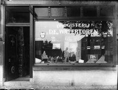 Gezicht op de etalage en ingang van de Drogisterij De Watertoren (Amsterdamsestraatweg 394) te Zuilen.ca 1930