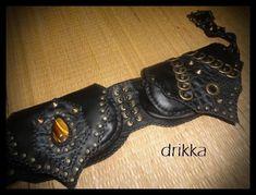 cartucheira Rocker unissex,  feita em couro tipo nobuck,possui 3 bolsos com ziper e botão magnético na lapela ,tam 18/10/04cm de fundo,pedra olho de tigre e metais ouro velho.
