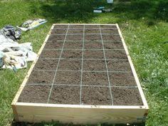 """Lo Square Foot Gardening si realizza progettando a """"quadrati""""  circa 1,2x1,2m (4x4 piedi) delle aiuole rialzate di 15-20cm separate da corridoi pedonali. Ogni aiuola, che non va mai calpestata,  viene divisa in una griglia 30x30 cm. In ogni  quadrato  si deve piantare o seminare una differente specie e occorre bagnare solo quando è necessario. Una volta finita la raccolta rimuovere i residui, aggiungere nuovo compost e piantare o seminare un altro ortaggio, diverso dal precedente. Buon orto"""