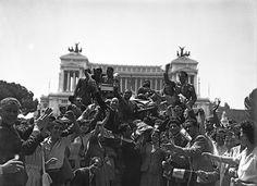 Roma piazza Venezia ...I cittadini festeggiano gli alleati: l'entusiasmo è tale da nascondere al fotografo i soldati- 4giugno1944