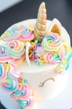 ▷ 1001 + ideas how to make a unicorn cake – recipe and pictures rainbow coloured roses on white fondant, gold horn and ears, how to make a unicorn cake How To Make A Unicorn Cake, Easy Unicorn Cake, Unicorn Cake Pops, Unicorn Rainbow Cake, Rainbow Roses, Imagenes My Little Pony, Salty Cake, Diy Cake, Cake Tins