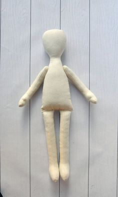 Corpo della bambola in bianco sono pronti per le vostre idee interessanti. Ripiene rag doll preforme. Corpo è fatto di calico ed è riempito con fibra di poliestere ipoallergenica. Puoi finire questa bambola sul vostro gusto, fare un coiffure, dipingere un volto e rendere un abbigliamento. Questa preforma sarà interessante per coloro che non possono fare un corpo della bambola. Altezza della bambola è di 33 cm (13 pollici) Quando si ordinano 5 unità ci si trova a 10% di sconto, spedizion...