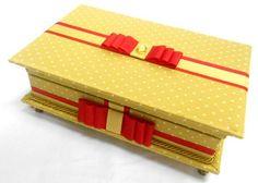 Caixa de madeira forrada de tecido. <br>Não inclui produtos de higiene. <br>Ideal para toaletes de casamento, festas e batizados. <br>Possuímos diversas opções de tecidos. <br>Tamanho 33cm x 25cm x 6cm