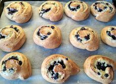 Drożdżówki z twarogiem, jagodami i miętowym lukrem - przepis ze Smaker.pl Muffin, Breakfast, Food, Morning Coffee, Essen, Muffins, Meals, Cupcakes, Yemek